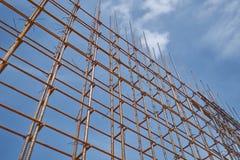 La forma d'acciaio della barra e del legname di rinforzo funziona al cantiere sul fondo del cielo blu immagine stock