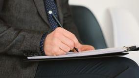 La forma de la escritura de la mano del hombre hace tictac empleo de firma almacen de video
