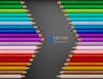 La forma de la flecha del arco iris coloreó los lápices en fondo gris oscuro Imagen de archivo libre de regalías