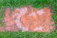 La forma de hojas imprime en fondo anaranjado del color de la pintura concreta del fondo imagenes de archivo