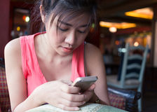 La forma de vida de las mujeres utilizó un teléfono móvil en café del café Fotografía de archivo