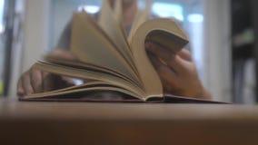 La forma de vida del hombre está leyendo un libro educación que aprende concepto de la biblioteca el hombre abre el libro el homb almacen de video