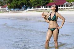 La forma del bikini de la mujer atractiva se relaja Imágenes de archivo libres de regalías