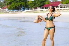 La forma del bikini de la mujer hermosa se relaja en la playa Imagen de archivo