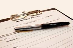 La forma del contrato con una pluma en un fondo blanco Fotografía de archivo libre de regalías