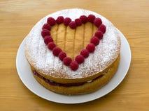 La forma del corazón adornó la torta de esponja Fotografía de archivo