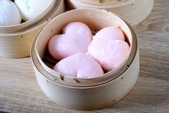La forma del corazón fluyó los bollos chinos, Dim Sum por día de San Valentín Foto de archivo libre de regalías