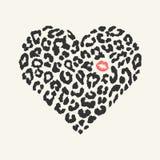 La forma del cuore con struttura selvaggia ed il rossetto stampano Fotografia Stock