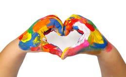 La forma del cuore ha fatto dai bambini ha dipinto le mani fotografia stock