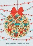 La forma della palla del nuovo anno con le scimmie, scatole attuali, agrifoglio si ramifica Modello della cartolina d'auguri Fotografia Stock