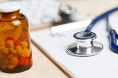 La forma di prescrizione ha tagliato per riempire la menzogne sulla tavola Immagini Stock Libere da Diritti