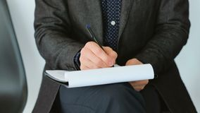 La forma di scrittura della mano dell'uomo ticchetta occupazione di firma stock footage