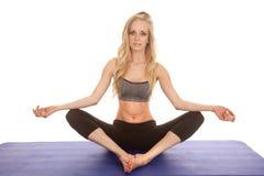La forma fisica della donna si siede i piedi insieme medita Fotografia Stock