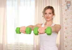 La forma fisica di pratica del giovane della donna ritratto attraente sportivo del primo piano, tenute si inverdisce le teste di  Immagine Stock