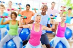 La forma fisica sana della gente di diversità pesa il concetto di addestramento Fotografie Stock