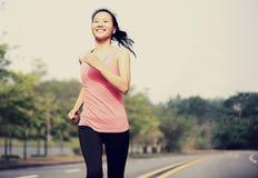 La forma fisica sana di stile di vita mette in mostra correre delle gambe della donna Fotografia Stock