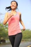 La forma fisica sana di stile di vita mette in mostra il funzionamento della donna Immagini Stock