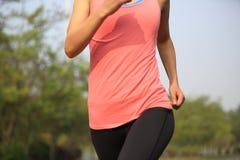 La forma fisica sana di stile di vita mette in mostra il funzionamento della donna Fotografia Stock