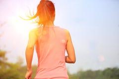 La forma fisica sana di stile di vita mette in mostra il funzionamento della donna Immagine Stock