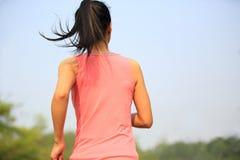 La forma fisica sana di stile di vita mette in mostra il funzionamento della donna Fotografie Stock