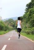 La forma fisica sana di stile di vita mette in mostra la gamba corrente della donna Immagini Stock