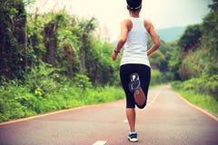 La forma fisica sana di stile di vita mette in mostra la gamba corrente della donna Fotografia Stock