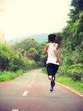 La forma fisica sana di stile di vita mette in mostra la gamba corrente della donna Immagine Stock Libera da Diritti