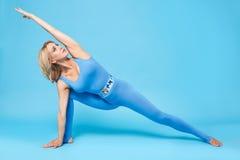 La forma sexy del corpo di forma fisica dei pilates di yoga di sport della donna di bellezza copre Fotografia Stock Libera da Diritti