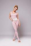 La forma sexy del corpo di forma fisica dei pilates di yoga di sport della donna di bellezza copre Fotografia Stock