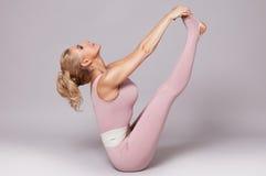 La forma sexy del corpo di forma fisica dei pilates di yoga di sport della donna di bellezza copre Immagini Stock