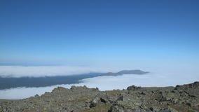 La formación de nubes en las montañas de los Urales septentrionales almacen de video
