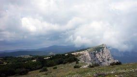 La formación de nubes entre las montañas y el mar El Mar Negro Verano Timelapse metrajes