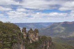 La formación de roca famosa de tres hermanas en el Na azul de las montañas Imagenes de archivo