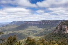 La formación de roca famosa de tres hermanas en el Na azul de las montañas Foto de archivo