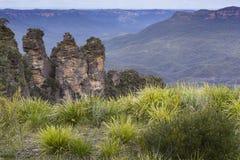 La formación de roca famosa de tres hermanas en el Na azul de las montañas Imagen de archivo libre de regalías