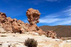 La formación de roca llamó a Copa del Mondo o mundial en el altiplano de Bolivean - departamento de Potosi, Bolivia imagenes de archivo