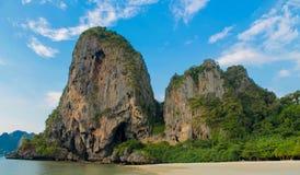 La formación de roca de la piedra caliza de Railay y de Ton Sai Beach se eleva en una bahía en Krabi, Tailandia Imagenes de archivo