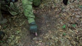 La formación del pelotón de los guerreros de la guerrilla que lleva sus armas planea ataque almacen de metraje de vídeo