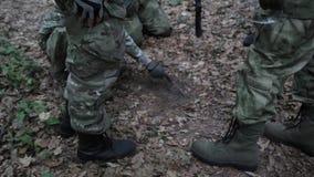La formación del pelotón de los guerreros de la guerrilla que lleva sus armas planea ataque almacen de video