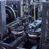 La formación rodante rueda trabajos del metal en la fabricación de tubos Fotografía de archivo