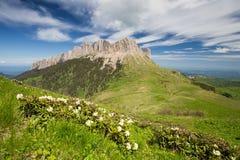 La formación y el movimiento de nubes sobre las cuestas del verano de Adygea Bolshoy Thach y las montañas del Cáucaso Fotos de archivo