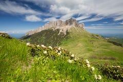 La formación y el movimiento de nubes sobre las cuestas del verano de Adygea Bolshoy Thach y las montañas del Cáucaso Fotografía de archivo libre de regalías