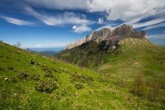 La formación y el movimiento de nubes sobre las cuestas del verano de Adygea Bolshoy Thach y las montañas del Cáucaso Imagen de archivo libre de regalías