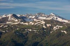 La formación y el movimiento de nubes sobre las cuestas del verano de Adygea Bolshoy Thach y las montañas del Cáucaso Foto de archivo