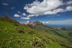 La formación y el movimiento de nubes sobre las cuestas del verano de Adygea Bolshoy Thach y las montañas del Cáucaso Foto de archivo libre de regalías