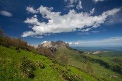 La formación y el movimiento de nubes sobre las cuestas del verano de Adygea Bolshoy Thach y las montañas del Cáucaso Imagen de archivo