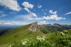 La formación y el movimiento de nubes sobre las cuestas del verano de Adygea Bolshoy Thach y las montañas del Cáucaso Imágenes de archivo libres de regalías