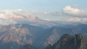 La formación y los movimientos de nubes hasta las cuestas escarpadas de las montañas del Cáucaso central enarbola almacen de video