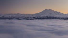 La formación y los movimientos de nubes hasta las cuestas escarpadas de las montañas del Cáucaso central enarbola almacen de metraje de vídeo