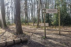 La formation de forme physique dans le signe de forêt planté dans une forêt qui indique le ` partent, commencent le ` Images stock